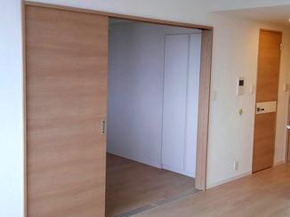 内装リフォーム キッチンに立っていても部屋が見渡せるリビング