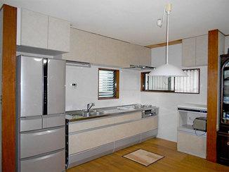 キッチンリフォーム 吊戸の高さや幅を使う人に合わせた、コンパクトで使いやすいキッチン