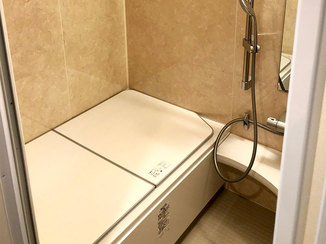 バスルームリフォーム 清潔感のある白の浴槽で明るく綺麗になったバスルーム