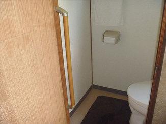 小工事 トイレから立ち上がりやすい、ちょうどいい位置の手すり