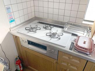キッチンリフォーム 天板がつるんとしていてお手入れがしやすいビルトインコンロ