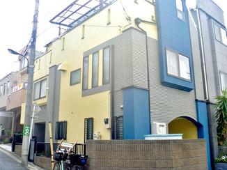 外壁・屋根リフォーム ベースの黄色とアクセントカラーの青が鮮やかな外壁