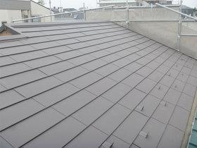 外壁・屋根リフォーム鋼の板が雨漏りを防ぐ、シックなブラウンカラーの屋根