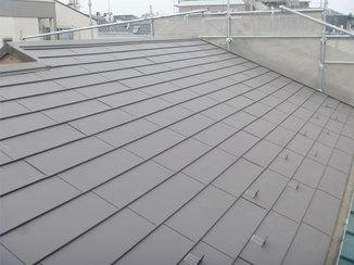 外壁・屋根リフォーム 鋼の板が雨漏りを防ぐ、シックなブラウンカラーの屋根