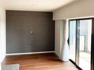内装リフォーム お部屋の印象を引き締めるダークカラーのアクセントクロス