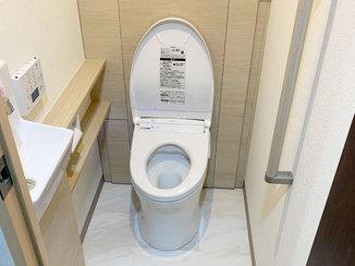 トイレリフォーム スッキリとした空間に収納も備えたトイレ