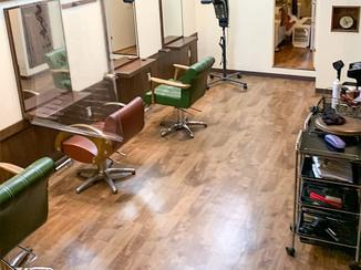内装リフォーム 掃除がしやすく丈夫な美容院の床と、防犯カメラ用の棚板
